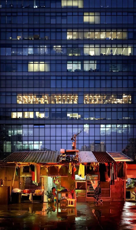 近年来,几位知名摄影师纷纷将镜头对准香港的平民住宅区。 疲惫的上班族,放学的孩子,独居的老人,关于这些市井细民的生活,关于他们被居住的故事,构成了这座城市光鲜外表下的另一个侧面。 这些平民百姓在繁忙的都市挣扎,常常向往拥有舒适的家而不可得。  香港,密密麻麻的建筑。Romain Jacquet-Lagreze/摄 在香港,有很多为低收入百姓所建造的公屋,这些住宅区的住客十分密集。 但实际上,还有很多百姓甚至连公屋都住不起,他们只能选择劏房、棺材房、笼屋等房型。而这几种房间几乎能够颠覆你对家的定义。