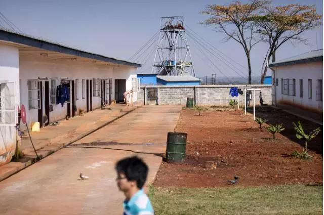 在非洲采矿的中国人-激流网