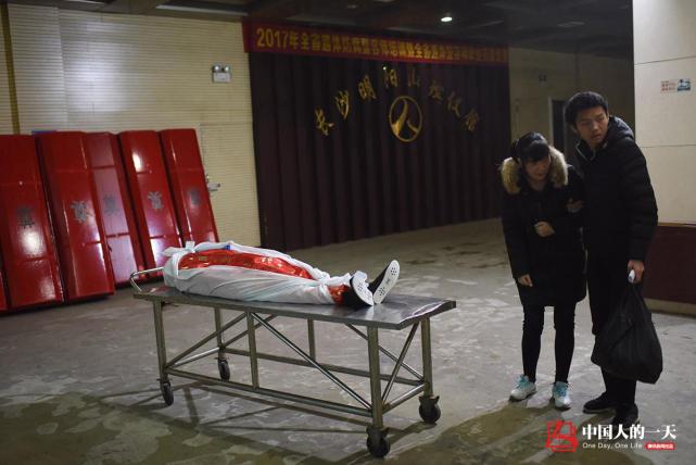 一个尘肺病人的葬礼:骨灰难进村 没有棺材没有立碑-激流网