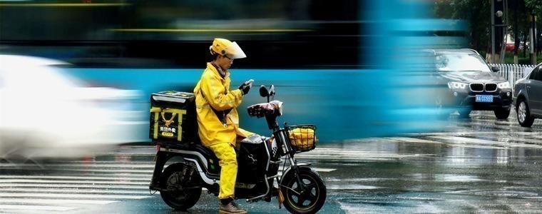 一个外卖员消失在上海暴雨中
