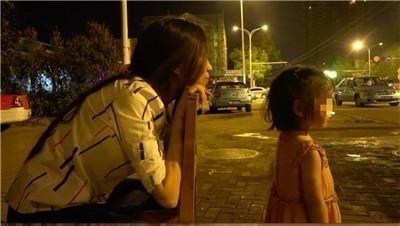 带着女儿开夜车的女司机-激流网